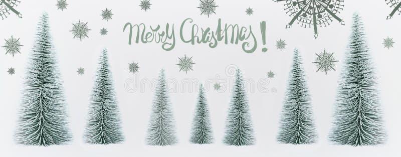 De vrolijke kaart van de Kerstmisgroet met decoratieve sparren bos en geschilderde sneeuwvlokken stock fotografie