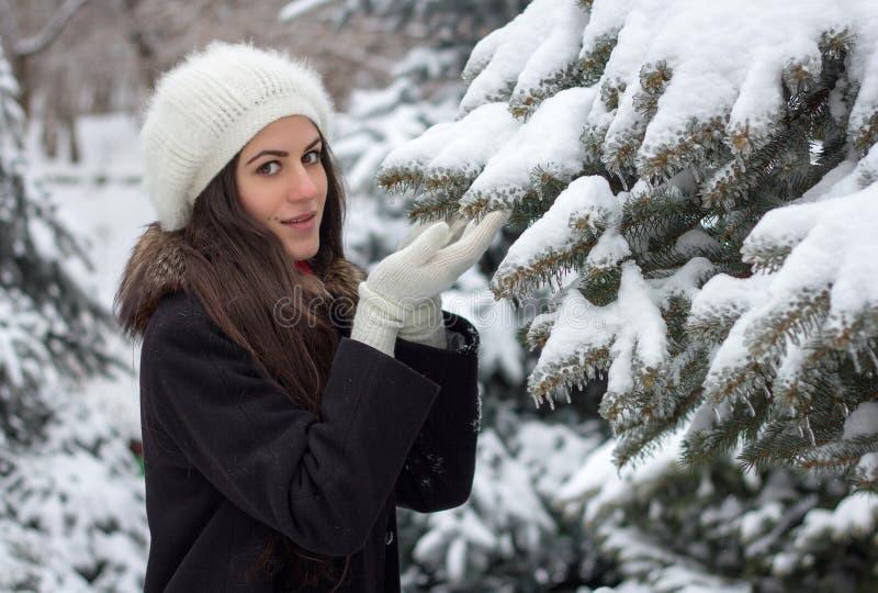 De vrolijke Kaukasische Jonge Vrouw in Sneeuwweer houdt een sneeuwbustehouder royalty-vrije stock fotografie