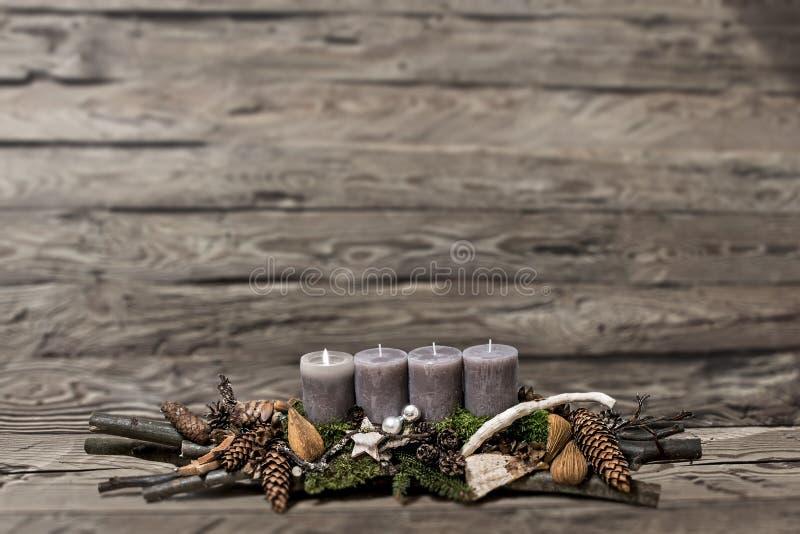 De vrolijke komst die van de Kerstmisdecoratie grijze kaars branden vertroebelde achtergrondtekst ruimtebericht eerste stock afbeeldingen