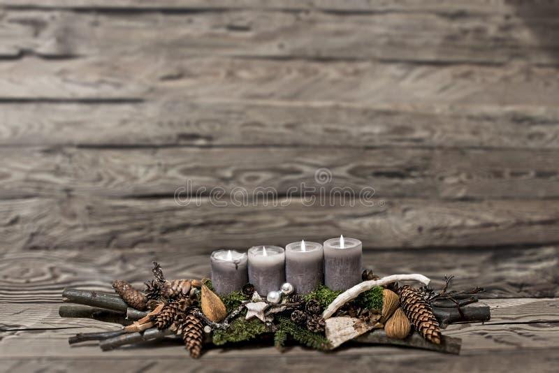 De vrolijke komst die van de Kerstmisdecoratie grijze kaars branden vertroebelde achtergrondtekst ruimtebericht vierde stock afbeeldingen