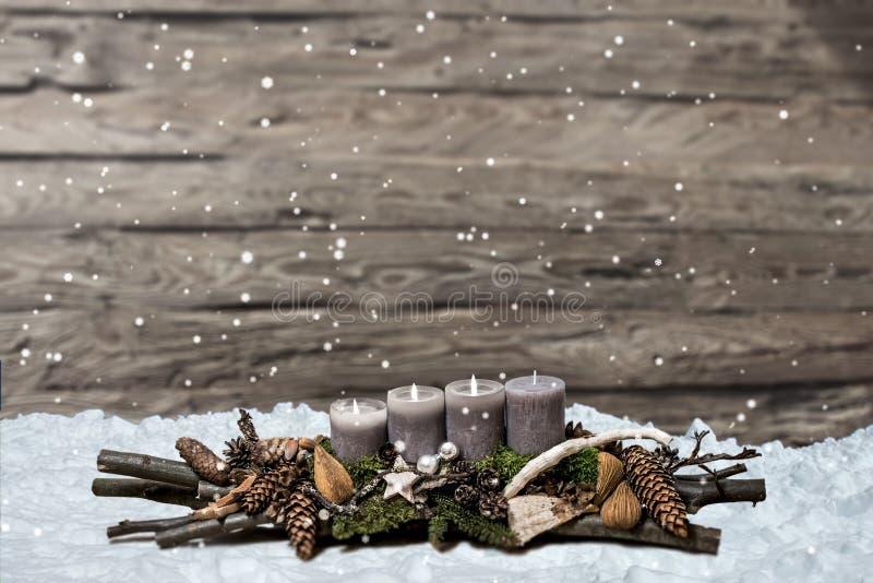 De vrolijke komst die van de Kerstmisdecoratie grijze kaars branden vertroebelde het ruimtebericht derde van de achtergrondsneeuw royalty-vrije stock afbeeldingen