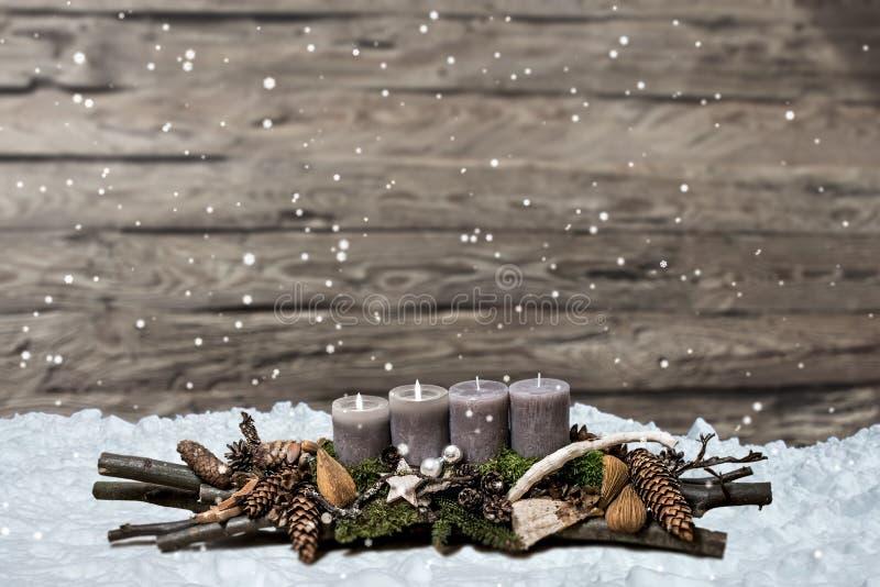 De vrolijke komst die van de Kerstmisdecoratie grijze kaars branden vertroebelde het ruimtebericht tweede van de achtergrondsneeu royalty-vrije stock fotografie