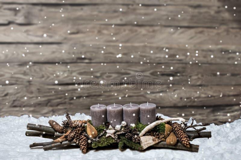 De vrolijke komst die van de Kerstmisdecoratie grijze kaars branden vertroebelde het ruimtebericht van de achtergrondsneeuwtekst stock foto's