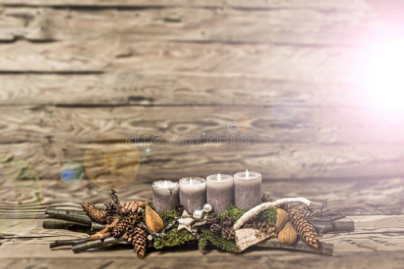 De vrolijke 4de komst die van de Kerstmisdecoratie grijze kaars Vage bedelaars branden stock fotografie
