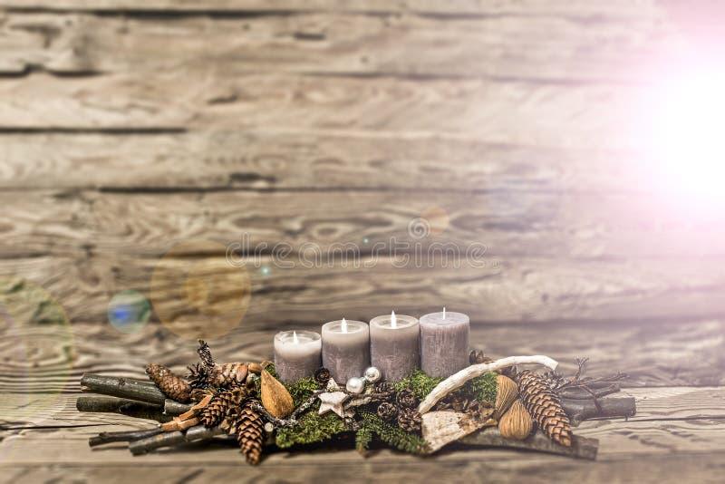 De vrolijke 3de komst die van de Kerstmisdecoratie grijze kaars Vage bedelaars branden stock afbeeldingen