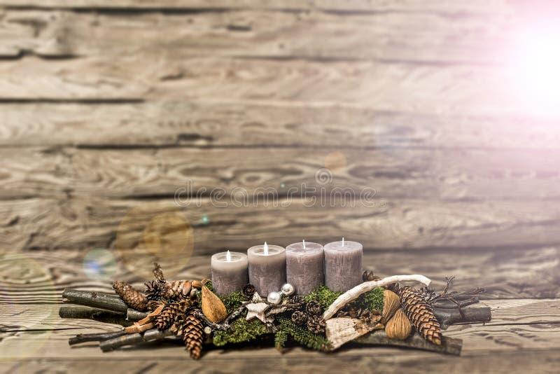 De vrolijke 2de komst die van de Kerstmisdecoratie grijze kaars Vage bedelaars branden royalty-vrije stock foto's