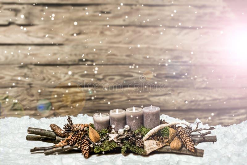 De vrolijke 3de komst die van de Kerstmisdecoratie het grijze kaars Vage sneeuwen branden stock foto