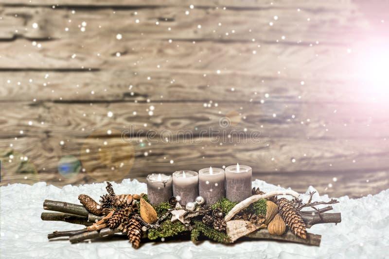 De vrolijke 4de komst die van de Kerstmisdecoratie het grijze kaars Vage sneeuwen branden stock fotografie