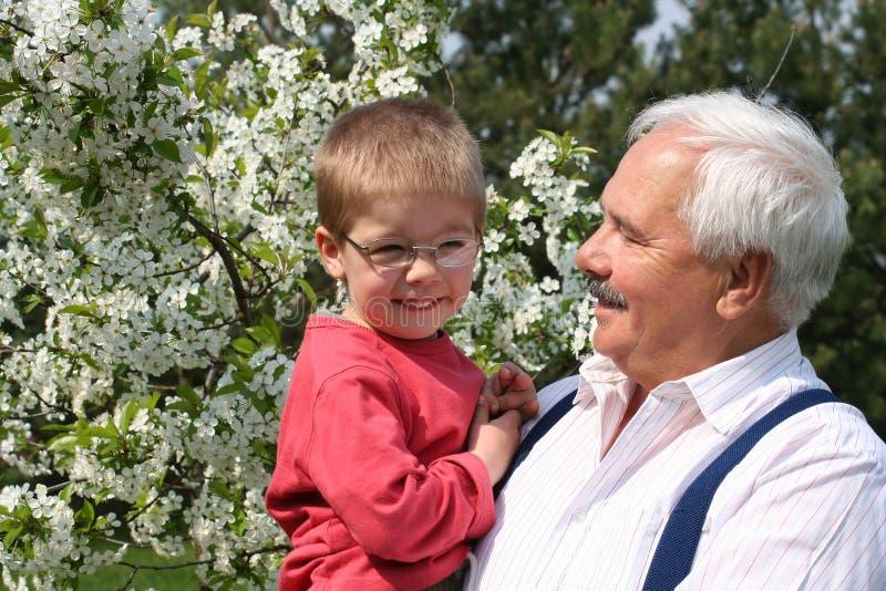 De vrolijke lente met grootvader stock foto