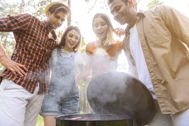 De vrolijke mannen en de vrouwen willen eten stock foto