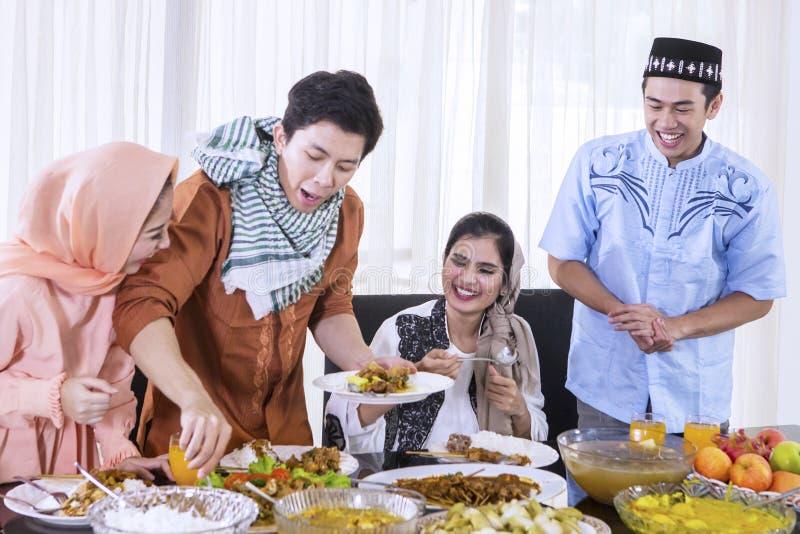 De vrolijke mensen bereiden voedsel voor onderbrekingen voor snel stock afbeelding