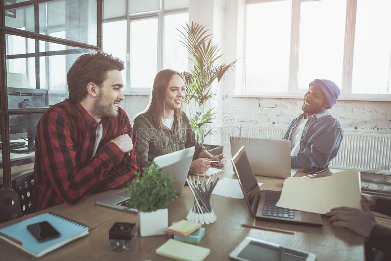 De vrolijke professionele mensen werken in licht bureau stock foto's
