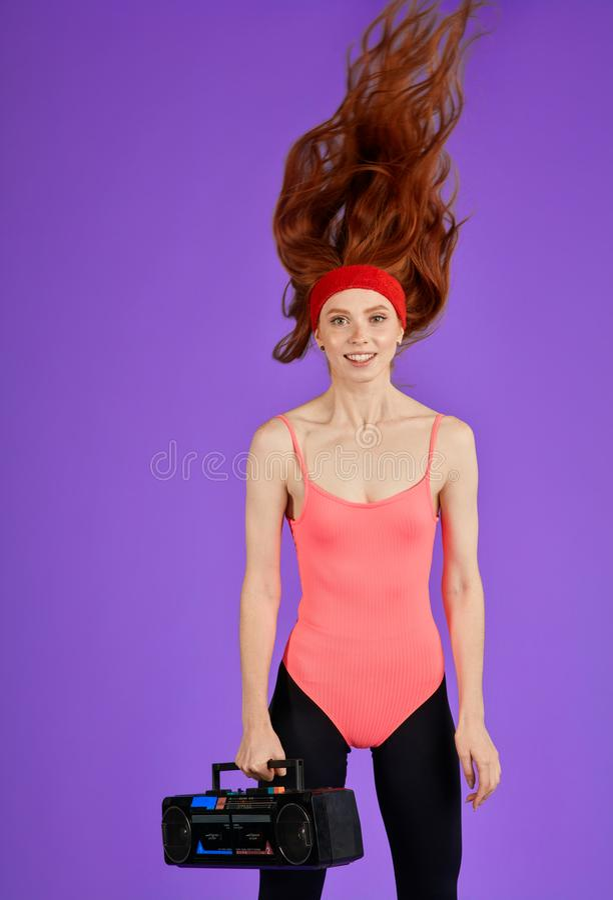 De vrolijke sprongen van het gember cheerleader meisje gelukkig voor haar team royalty-vrije stock afbeeldingen