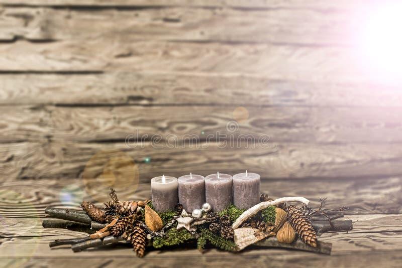 De vrolijke 1st komst die van de Kerstmisdecoratie grijze kaars Vage bedelaars branden stock afbeeldingen