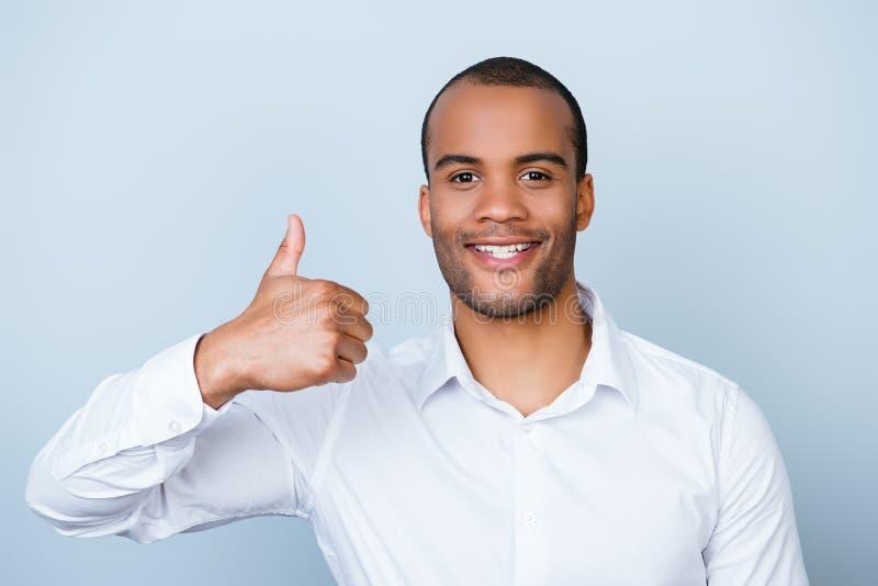 De vrolijke succesvolle Afrikaanse werkgever toont thumbsup gebaar royalty-vrije stock afbeelding