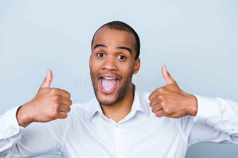 De vrolijke succesvolle Afrikaanse werkgever toont thumbsup op pu royalty-vrije stock afbeeldingen