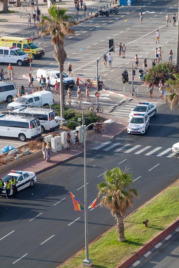 De vrolijke trotsdag in Tel Aviv, waar de politie onderaan straten en mensen heeft gesloten wandelt dichtbij het strand royalty-vrije stock foto