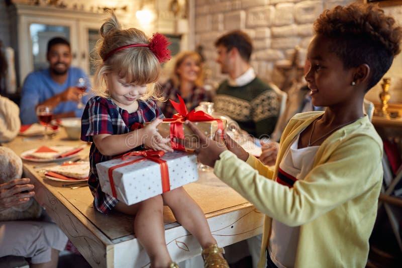 De vrolijke vakantie van de meisjesviering en het geven van aanwezige Kerstmis stock foto