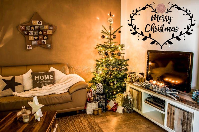 De vrolijke verfraaide giften van de de boomopstelling van de Kerstmis mooie woonkamer aith textspace thuis het zeggen van vrolij stock foto