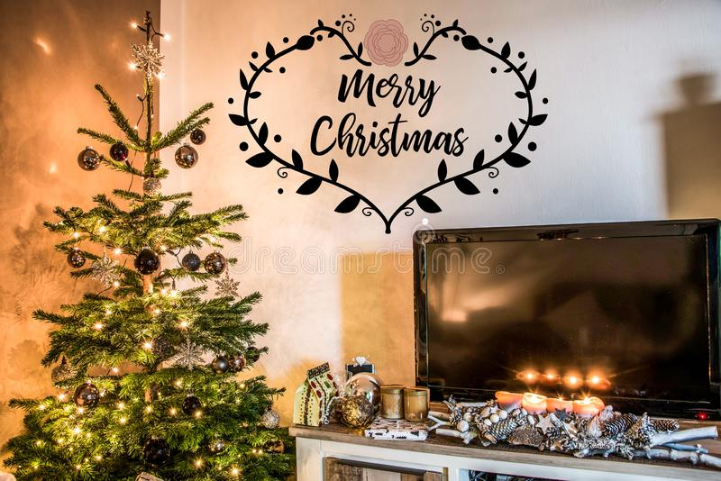 De vrolijke verfraaide giften van de de boomopstelling van de Kerstmis mooie woonkamer aith textspace thuis het zeggen van vrolij stock afbeeldingen