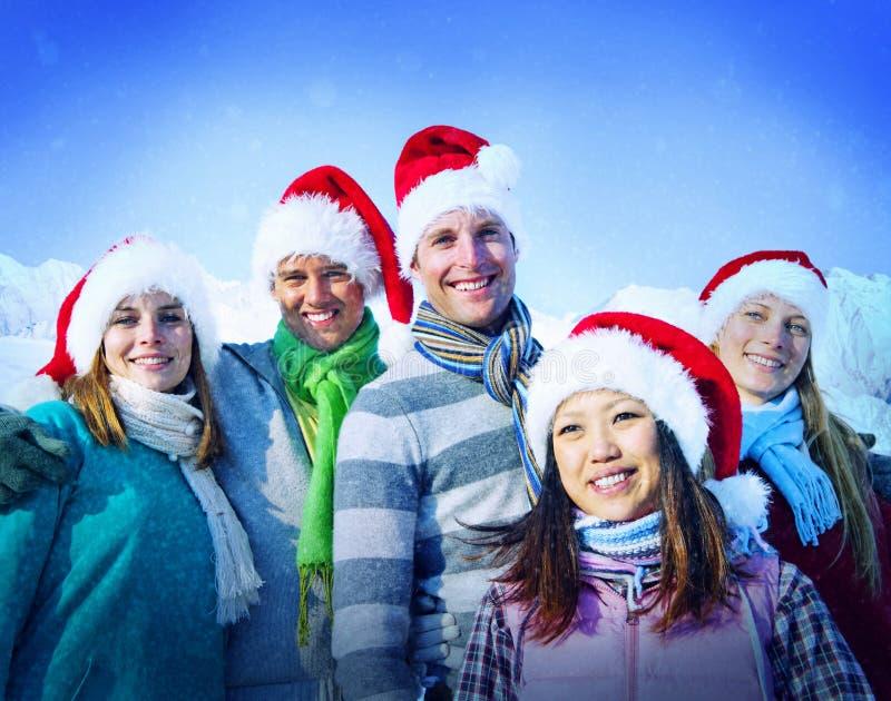 De Vrolijke Vrienden die van de Kerstmisvakantie Concept plakken royalty-vrije stock afbeeldingen