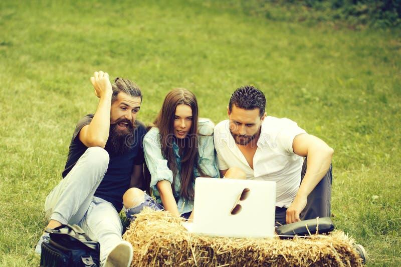 De vrolijke vrienden gebruiken laptop computer stock afbeelding