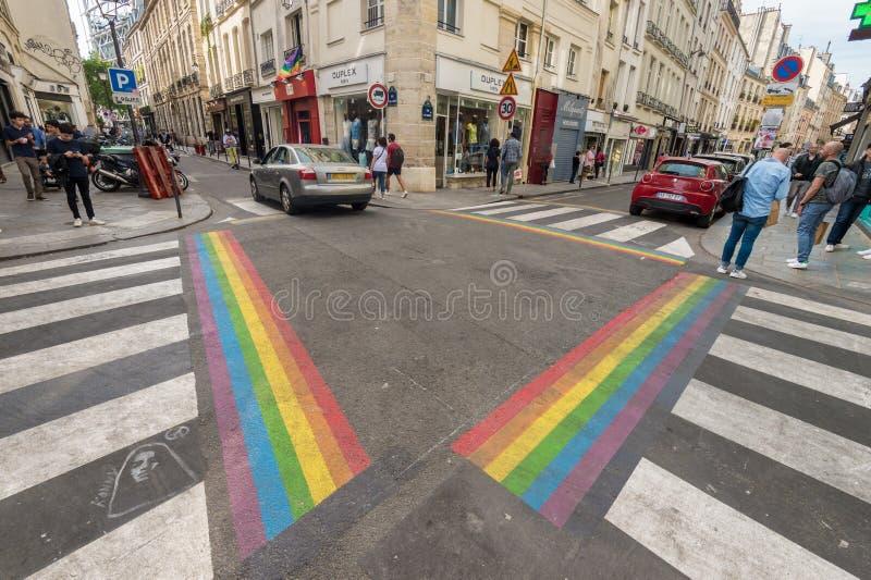 De vrolijke zebrapadden van de trotsvlag in Parijs royalty-vrije stock foto