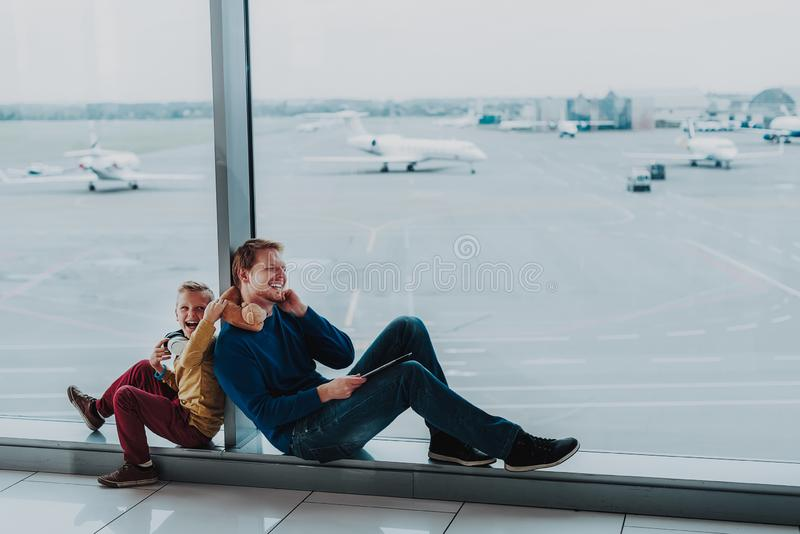 De vrolijke zoon en de papa hebben pret vóór vlucht royalty-vrije stock foto's