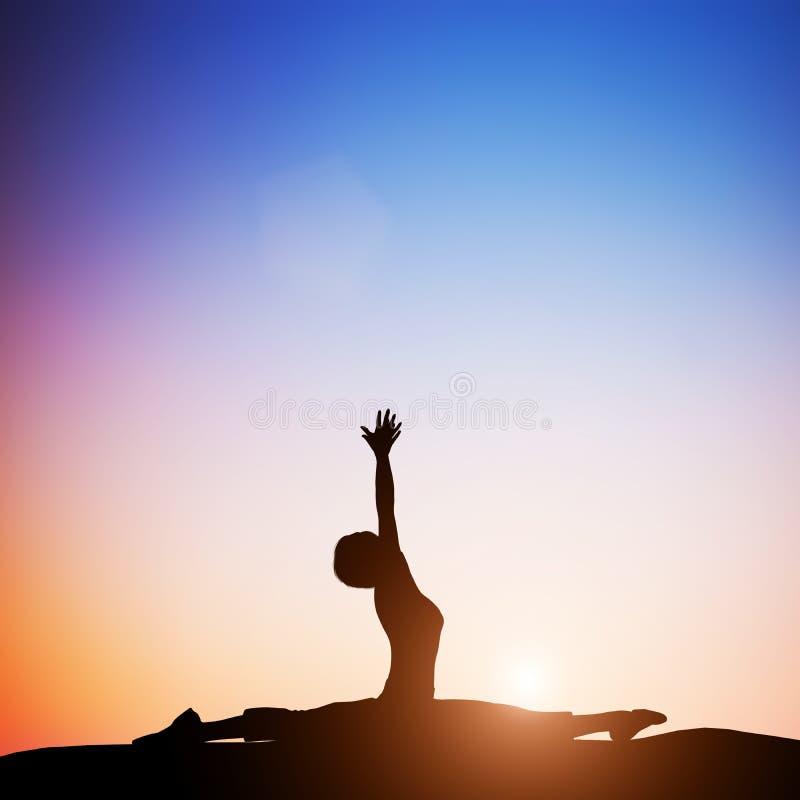 De vrouw in aapyoga stelt het mediteren bij zonsondergang zen