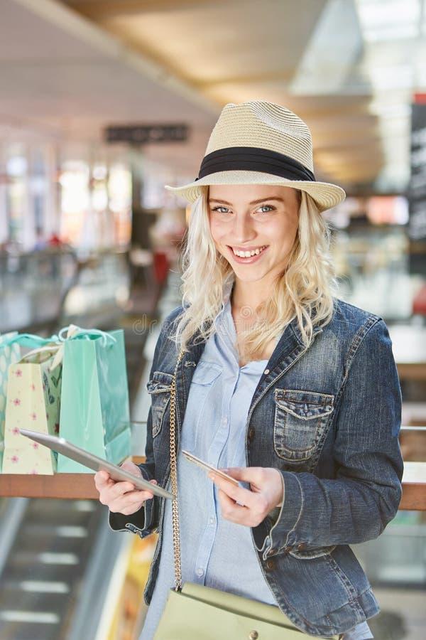 De vrouw als mobiele klant winkelt online royalty-vrije stock foto's