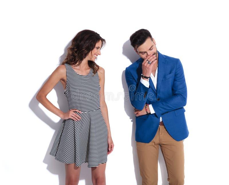 De vrouw bekijkt de zijn mens terwijl zij allebei lachen royalty-vrije stock fotografie