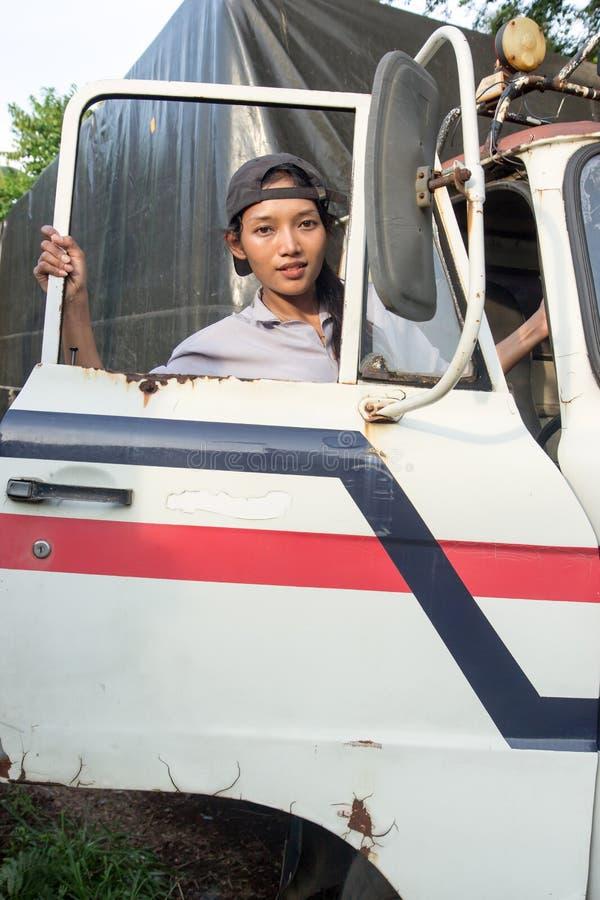 De vrouw beklimt in de vrachtwagen royalty-vrije stock afbeelding