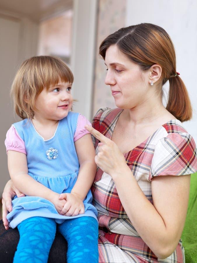 De vrouw berispt kind in huis royalty-vrije stock afbeelding