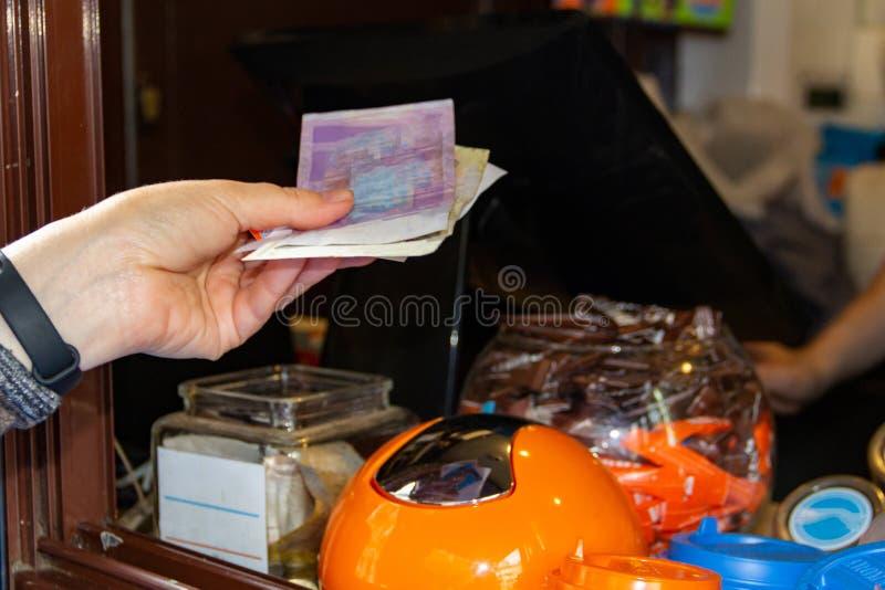 De vrouw betaalt contant geld met abstracte bankbiljetten Concept, geld, contant geld stock afbeeldingen
