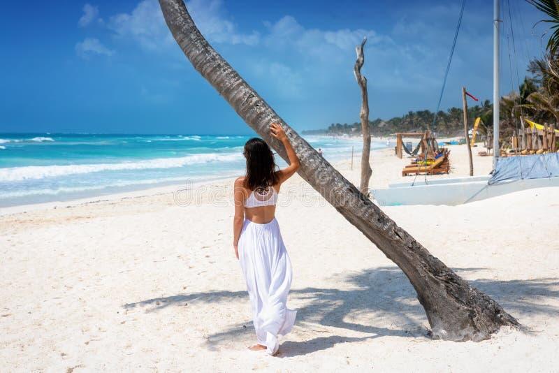 De vrouw bevindt zich bij het Cara?bische strand van Tulum, Riviera Maya, Mexico stock fotografie