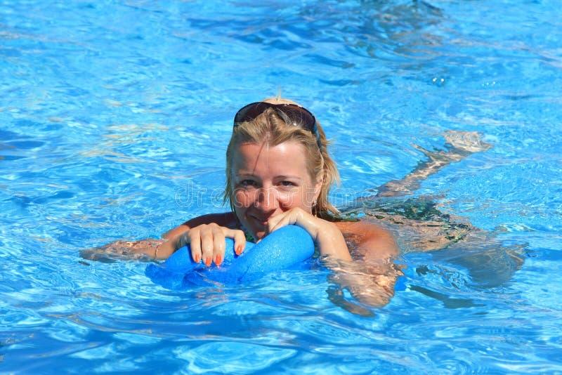 De vrouw is bezig geweest met aerobics in water royalty-vrije stock fotografie