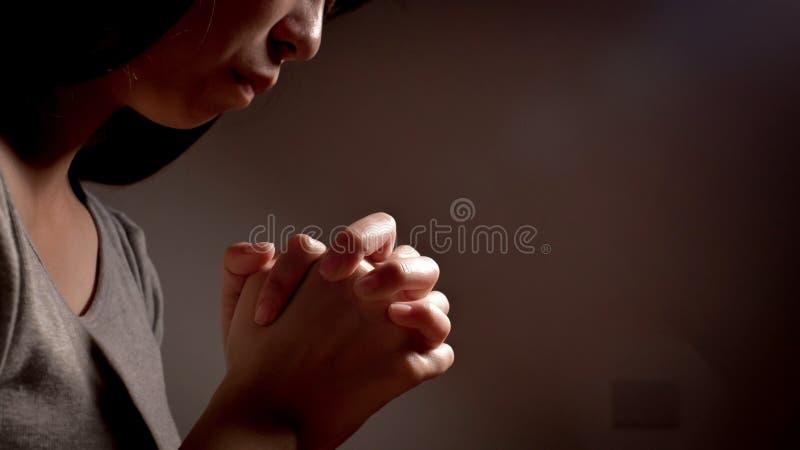 De vrouw bidt vroom stock foto
