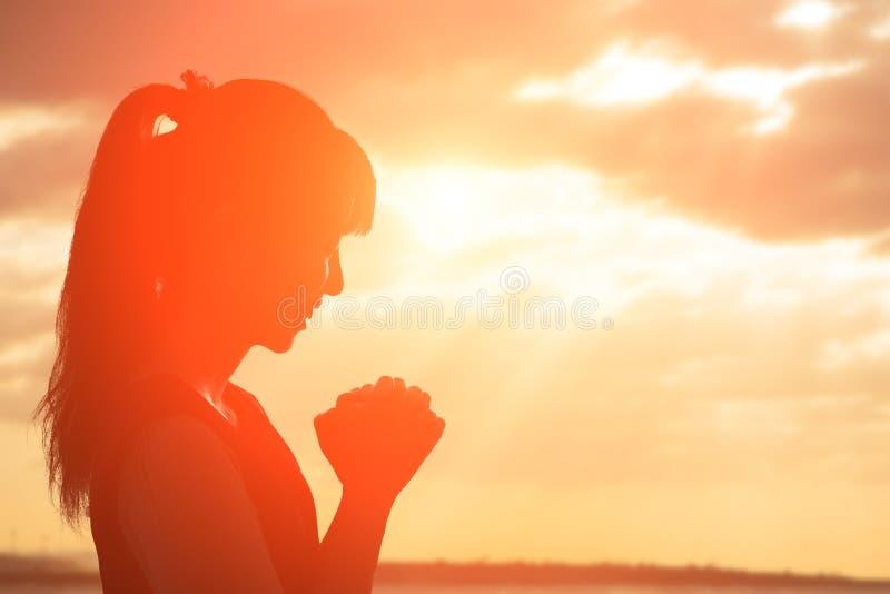 De vrouw bidt vroom royalty-vrije stock afbeelding