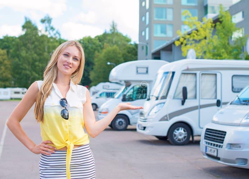 De vrouw biedt campervans aan royalty-vrije stock afbeelding