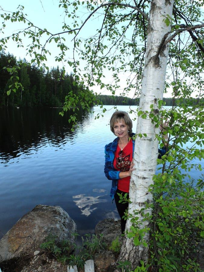 De vrouw bij de berk royalty-vrije stock fotografie