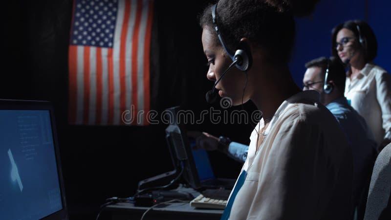 De vrouw bij computer controleert tijdens de vlucht centrum stock afbeelding