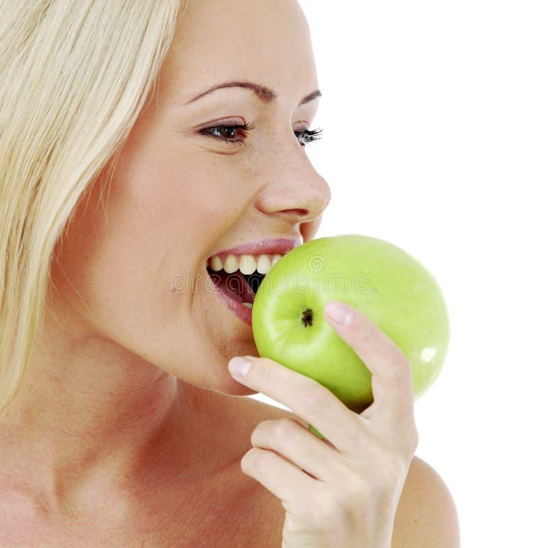 De vrouw bijt een appel royalty-vrije stock foto's