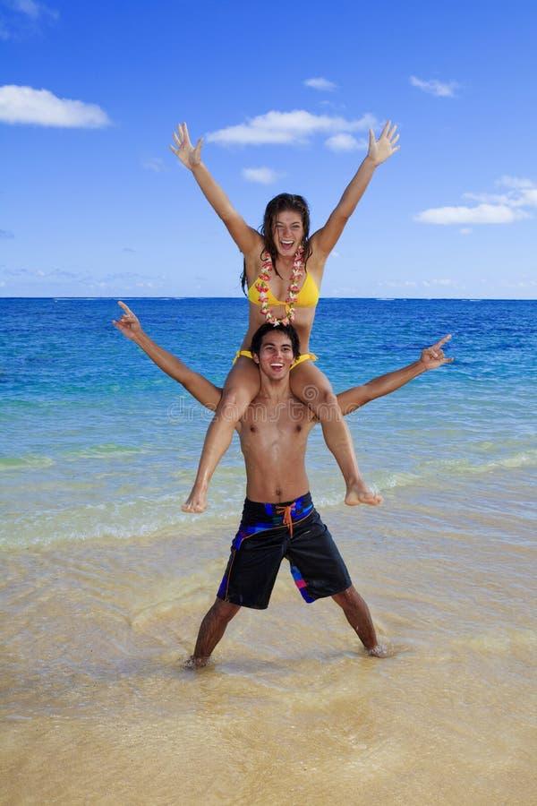De vrouw in bikini zit op man schouders royalty-vrije stock foto's