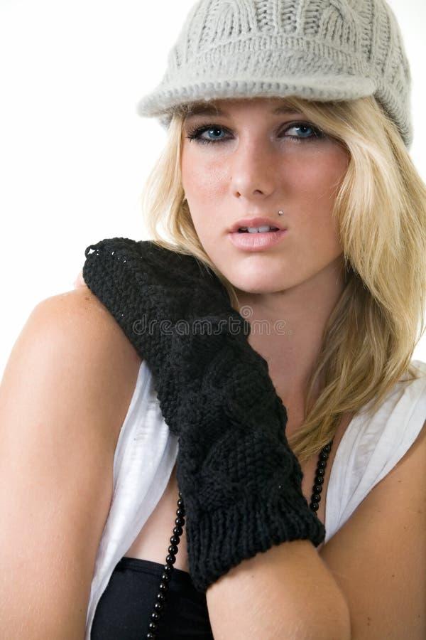 De vrouw breit binnen hoed stock foto's