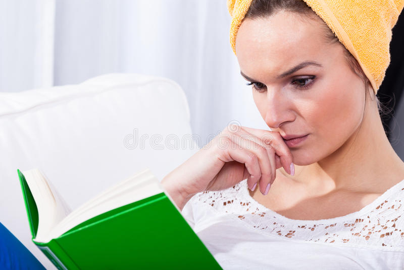 De vrouw concentreerde zich op een boek royalty-vrije stock foto's