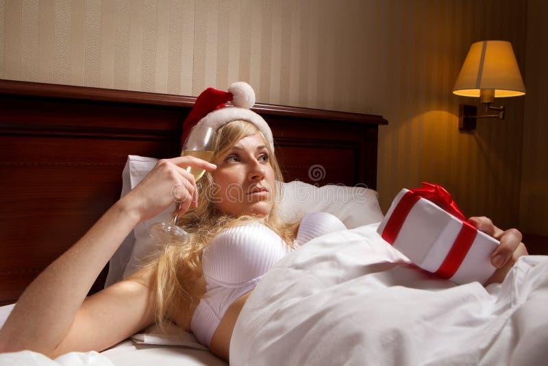 De vrouw in de hoeden van de Kerstman blijft alle alleen stock foto
