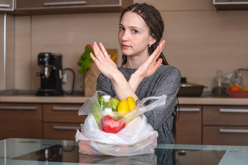De vrouw denkt dat afval om een plastic zak te gebruiken om producten te kopen Milieubescherming en het verlaten van plastiek stock foto