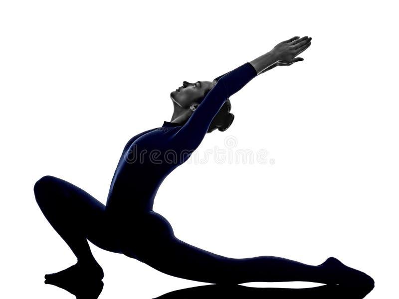 De vrouw die Anjaneyasana uitoefenen valt stelt yogasilhouet uit stock afbeelding