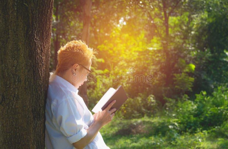 De vrouw die een boek lezen geniet van van rust Vrouwenhand houdend een boek royalty-vrije stock foto