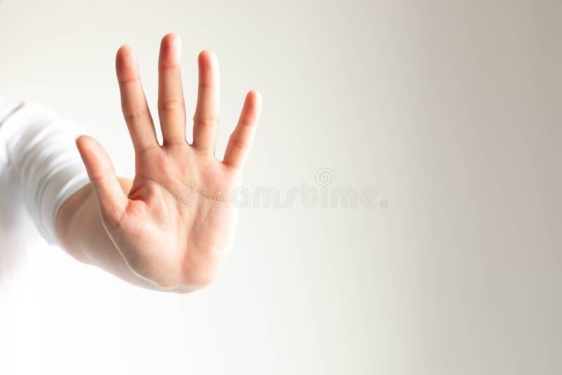 De vrouw die een hand gesturing die vijf einde bedoelen en vingers tonen die doet iets niet waarschuwen royalty-vrije stock afbeeldingen